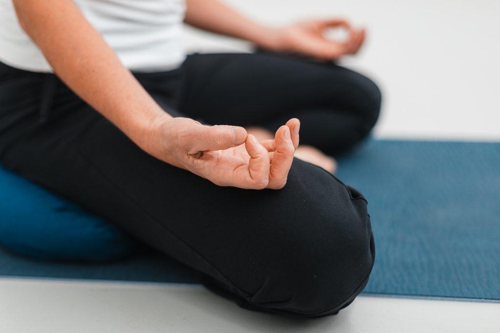 Karin meditiert im Schneidersitz (Sukhasana)